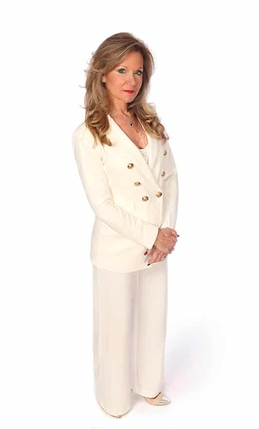 Body shot portrait of South Florida real estate expert Stephanie Kaufman.